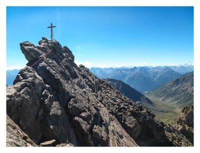 Gipfelkreuz auf der Dreiländerspitze bei T5-Geocaching-Tour Silvretta