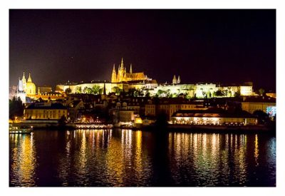 Blick auf den Festungsberg in Prag bei Nacht