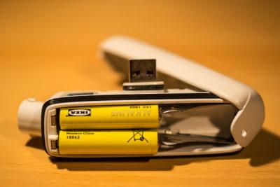 Offener Akku mit AAA-Batterien von Petzl NAO - Mein Test der Stirnlampe