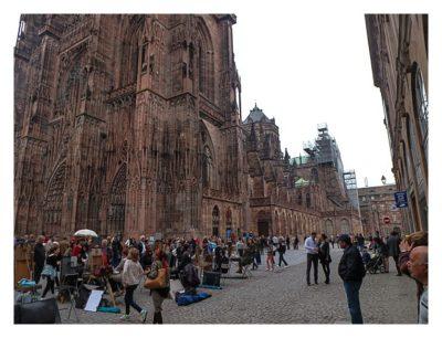 Radtour von Saarbrücken nach Straßburg: Touristen um die Kathedrale