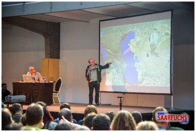 Bernhard Hoecker bei Big Äppel - Bernhard an der Weltkarte