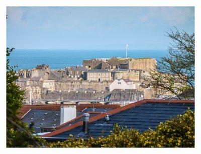 Guernsey - St. Peter Port - Candie Gardens - Blick auf Castle Cornet