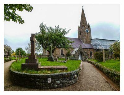 Guernsey - St. Peter Port - Kirche mit Menhier