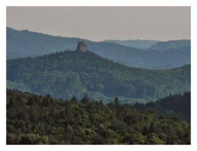 Ramberg und der Dahner Felsenpfad - Felsen in der Ferne