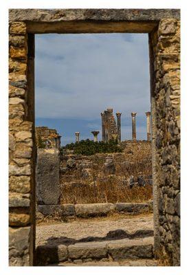 Volubilis - Blick aus einer römischen Villa durch die Eingangstür auf das Kapitol