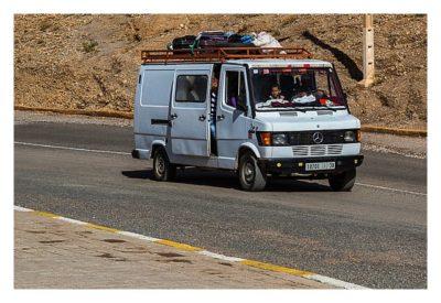Im hohen Atlas: Mercedes-Transporter mit offener Tür