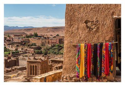 Aït-Ben-Haddou - ein Laden mit bunten Schals