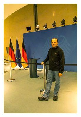 Mit dem Berufsgeocacher ins Bundeskanzleramt - Saarfuchs vor der Pressewand