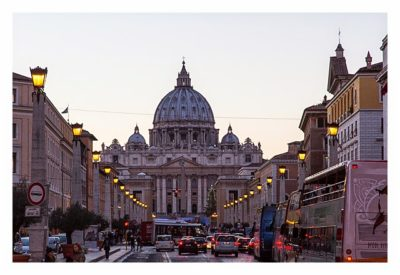 Rom: Der Vatikan - Blick auf den Petersdom im Abendlicht