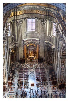 Rom: Der Vatikan - Blick aus der Kuppel des Petersdoms in die Kirche