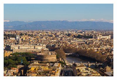 Rom: Der Vatikan - Petersdom: Ausblick von der Kuppel auf die Engelsburg