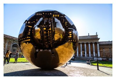 Rom: Der Vatikan - Kugel im Innenhof des Museums