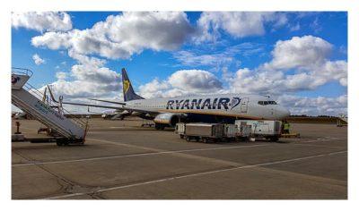 Ryanair-Flugzeug auf der Parkposition