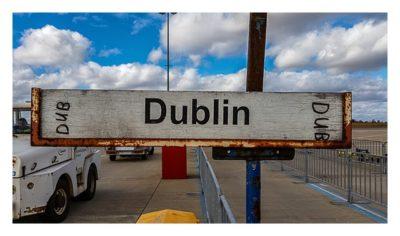 Wegweiser zum Flugzeug des Ryanair-Fluges nach Dublin