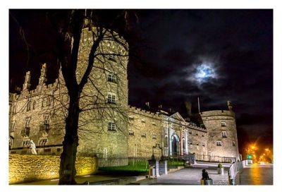 Abendliches Geocaching in Kilkenny - angestrahltes Schloss
