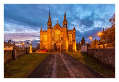 Abendliches Geocaching in Kilkenny - beleuchtete Kirche