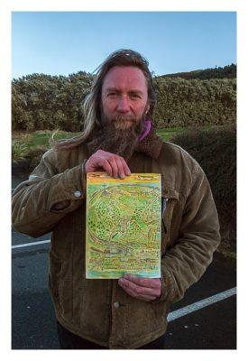 William mit der Karte, die er entworfen hat