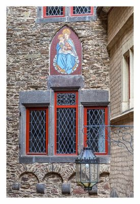 Ältester Geocache Deutschlands - Maria im Innenhof der Burg Eltz