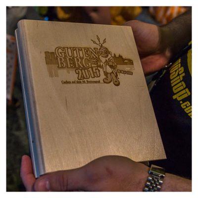 """Geocaching Giga-Event """"Gutenberg 2015"""" - GeoCoinCollector 2.0 als Buch aus Holz"""