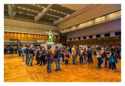 """Geocaching Giga-Event """"Gutenberg 2015"""" - Geocacher beim Loggen des Gigas"""