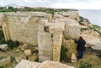 Geocaching auf Malta: Der Süden - Die Klippen bei Ghar Hasan: saarzwerg findet die Dose