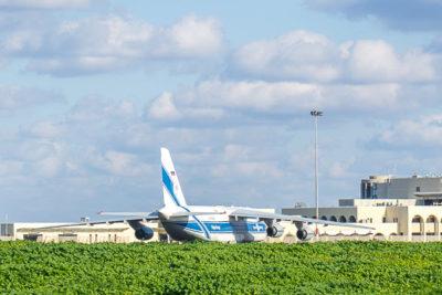 Geocaching auf Malta: Der Süden - am Flughafen fährt gerade eine Antonow vorbei