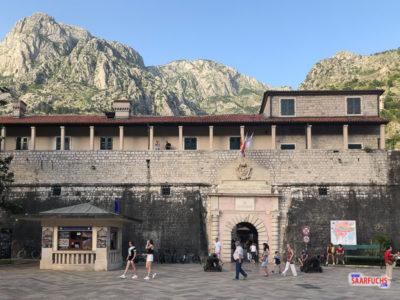 Stadtmauer mit Stadttor - der Eingang in die Altstadt von Kotor