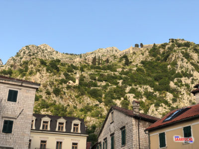 Blick auf die Stadtmauer von Kotor hoch oben im Gebirge