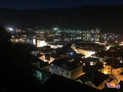 Blick von oben auf die beleuchtete Altstadt von Kotor