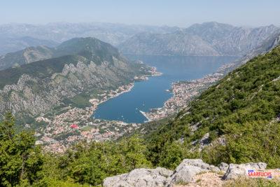 Blick von der Gebirgsstraße auf die Bucht von Kotor