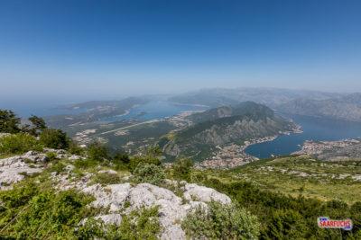 Blick von der Gebirgsstraße auf die Bucht und die Adria