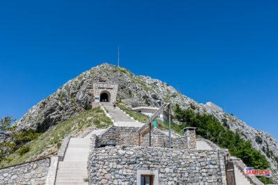 Treppe und Tunnel auf dem Weg zum Njegoš-Mausoleum