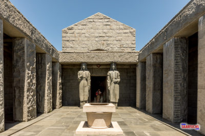 Im Innenhof vom Njegoš-Mausoleum