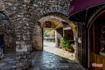 Innenansicht des Stadttors in Budva