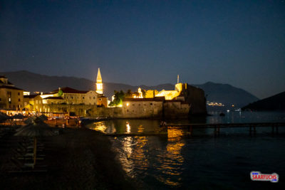 Blick auf die beleuchtete Altstadt von Budva
