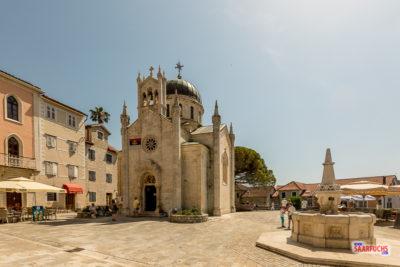 Marktplatz mit Kirche in Herceg-Novi