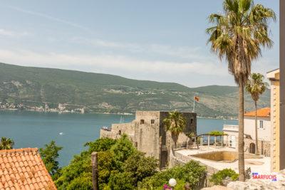 Blick auf die untere Festung am Hafen von Herceg-Novi